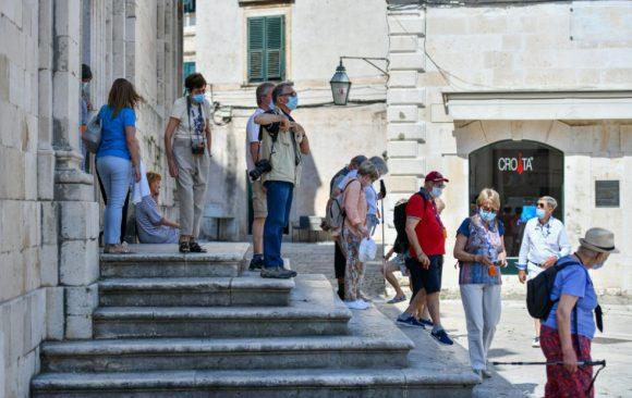 Nakon više od godinu dana u Dubrovnik stigao prvi kruzer. Grad je živnuo, no ništa nije kao prije pandemije: turisti se kreću u 'balončićima', nema zaustavljanja…